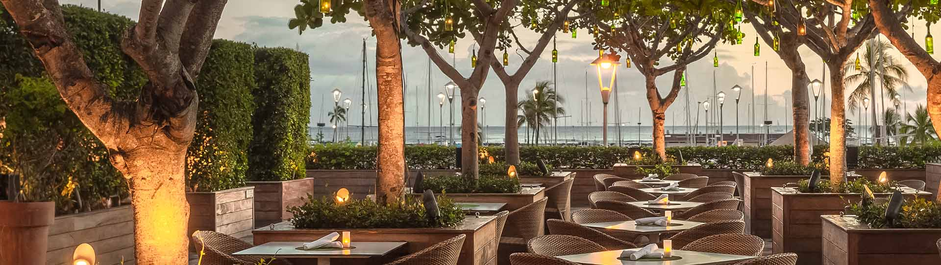 THE-GROVE-Restaurant-Bar-at-THE-MODERN-HONOLULU-tables-outside-night