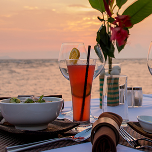 waterfront-meal-with-tropical-cocktails-at-sunset