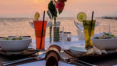 sunset-dinner-overlooking-water-hawaii-tropical-cocktails